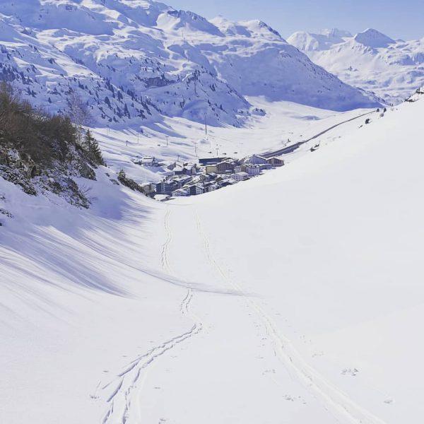 Ein Murmile und wir 2 Tourengeher. Ein Traum! #friendlybraendle #unser_arlberg #zürs #zuers #lechzuers #livetoski #skiingislife #skiarlberg #kaestleski...