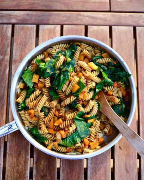 Liebstes Spinatrezept: Die Kombination aus Kürbis, Spinat und Nudeln. Dafür gesalzene Kürbisstücke im Ofen ca. 10 Minuten...