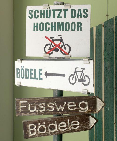 Krüz und quer Dieser Wegweiser für Radfahrer und Fußgänger steht am Geißkopf und ...