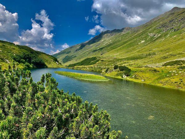 Schon Gedanken über den nächsten Sommerurlaub gemacht? Vielleicht am Arlberg? Idyllisch gelegene Seen laden zum Entspannen ein...