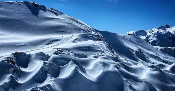 Gipslöcher im Schnee! Meeresboden aus der Triaszeit. Das Naturschutzgebiet steht mit über 1.000 ...