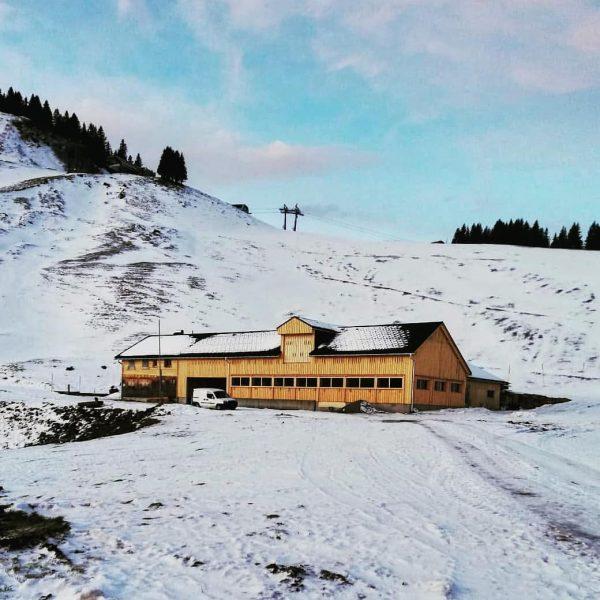 Noch ist unsere Alpe fest im Winterschlaf versunken. Wenn der Wecker Anfang Juni aber klingelt, dann freut...