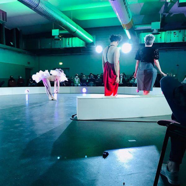 Manege frei für Hannah Arendt - Denken ohne Geländer im @alteshallenbad_feldkirch Tanz, Clownerie und Theater verbinden sich...