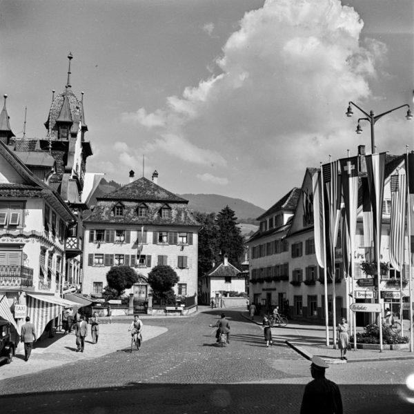 Historische Bilder aus dem Stadtarchiv Der Marktplatz vermutlich Anfang der 1950er Jahre. Aufnahme von Franz Beer. Stadtarchiv...