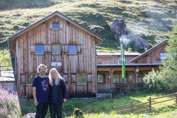 Wie die Zeit vergeht! 👉🏼 Andreas und Elfie Hassler bewirtschaften unsere Sarotlahütte bereits seit 1989. #alpenvereinshütten #alpineschutzhütte...