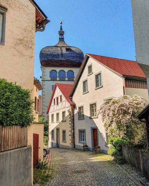 Der Martinsturm, das Bregenzer Wahrzeichen, sticht mit der imposanten Zwiebelkuppel in den schmalen ...