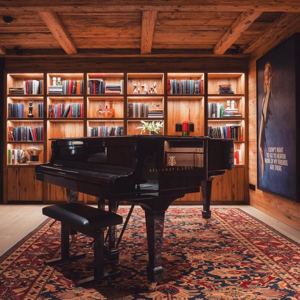 Private concert anyone...? ➡️ Swipe to see the invisible pianist 🎵 @arulachaletslech @peppercollection #steinwayandsons #piano #pianomusic #automaticpiano...