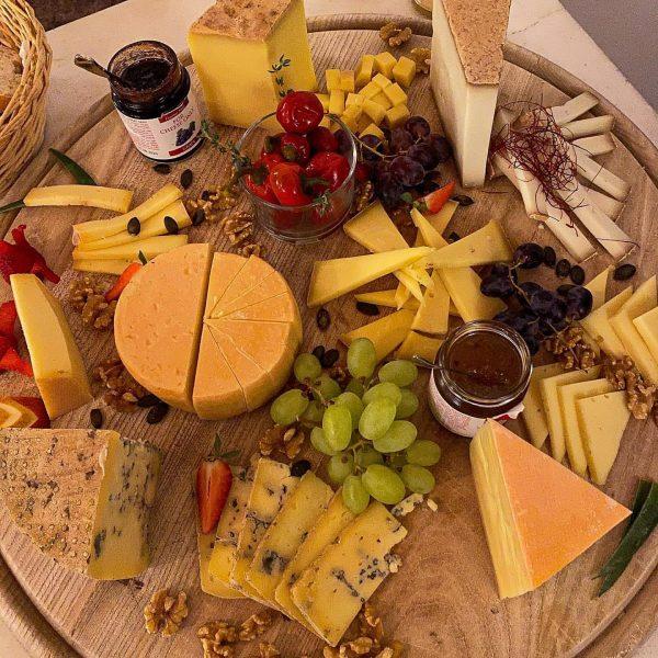 🇩🇪 Was für eine Käseplatte 🤤 im @burgrestaurant_gebhardsberg und dazu die passenden Soßen ...