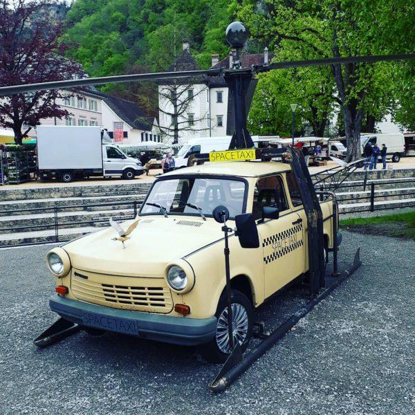 Space-Trabi gelandet Rechtzeitig zur Eröffnung des 30. Homunculus-Puppentheaterfestivals in Hohenems hat das Künstlerpaar ...