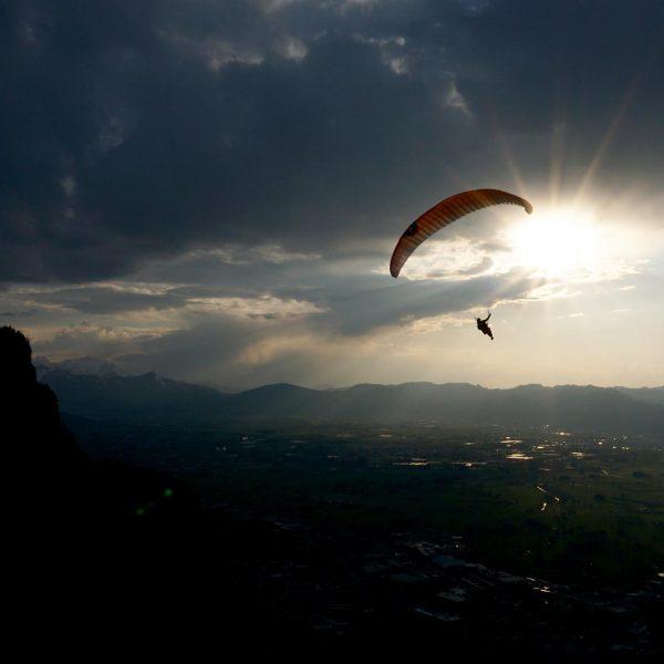 I believe I can fly – über den Dächern von Dornbirn. 🪂🤍 #6850dornbirn ...