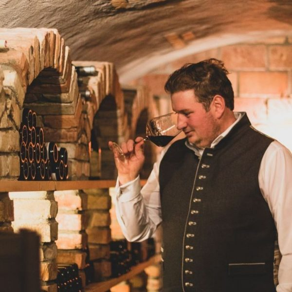 """""""Leere Weingläser sind voll von Geschichten."""" In unserem Weinkeller befinden sich mit Leidenschaft ..."""