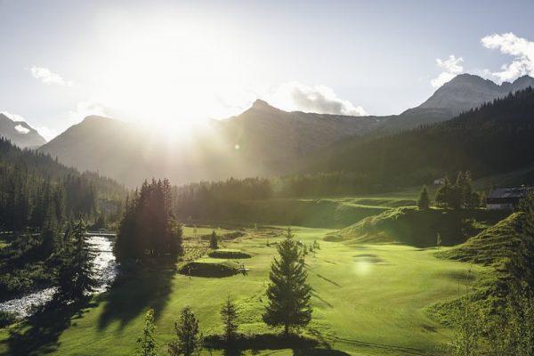 In Lech gibt es einen 9-Loch Golfplatz mit einer wunderschönen Landschaftskulisse. Einzigartig ❤️. ...