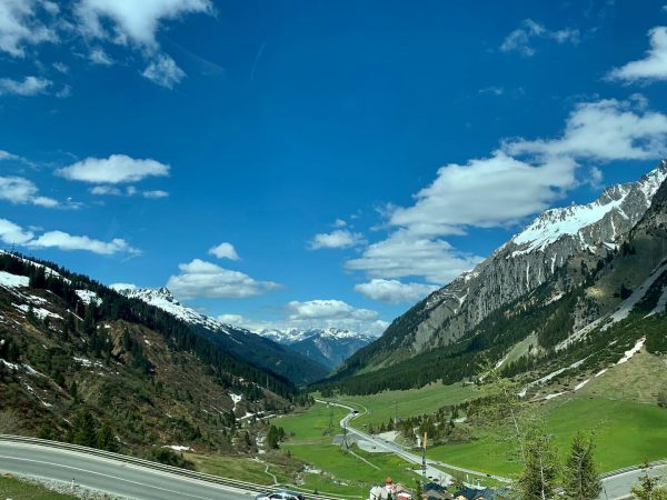 Der Arlberg bildet die Grenze zwischen Vorarlberg und Tirol. Er gehört zu den ...