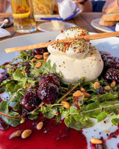 🇩🇪 Die leckere und cremige Burrata mit Balsamico-Pfefferkirschen, Pinienkernen und kandierte Oliven 🤤 ...