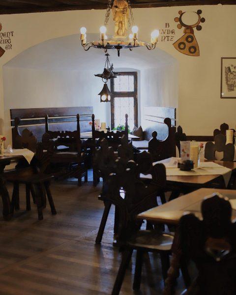 Wir haben genug Platz für einen perfekten Sonntag… 🍽 #schlosswitschaftschattenburg #schattenburg #burg #essen ...