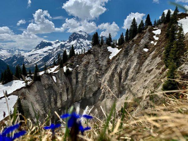 Tiefe Krater, gesäumt von einer unglaublichen Blumenvielfalt. Das Naturschutzgebiet Gipslöcher erstaunt Besucher jedes ...