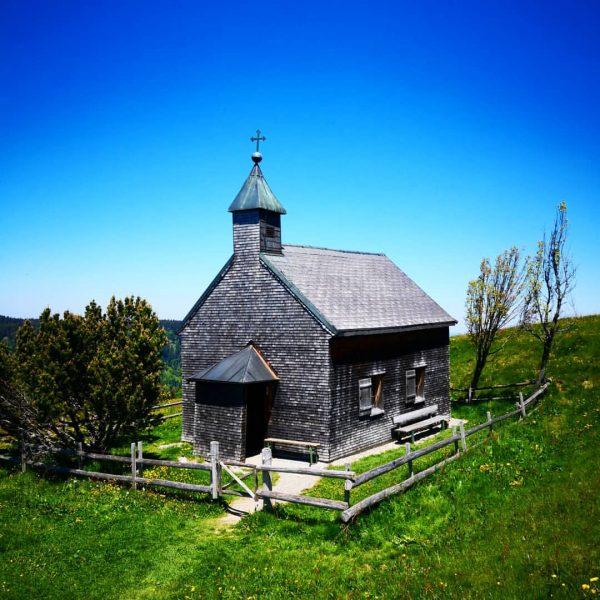 Kleine Kirche auf dem Hirschberg bei Bregenz #hirschberg #bregenz #vorarlberg #westaustria #visitbregenz #visitvorarlberg ...