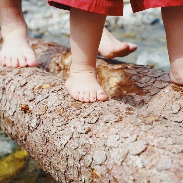 Barfuß gehen. Die unterschiedlichen Untergründe spüren. Waldboden. Kies. Moos. Wasser. Stärkt die Füße ...