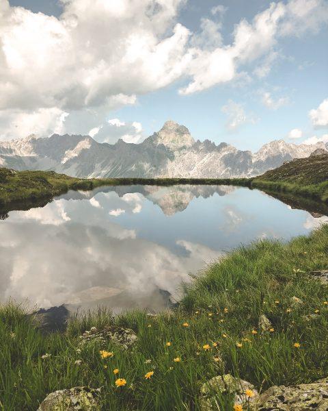 Bergtour am Morgen vertreibt Kummer und Sorgen. ⛰️🌤️🌿 Stimmst Du uns zu? 😄 #bergemitwow #dersommerkommt #golm #spaßamgolm...