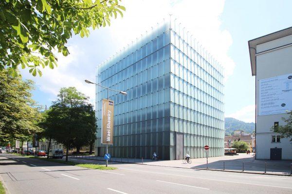 【Kunsthaus Bregenz】ガラスを主題にした企画展向けの現代美術館を訪問。外壁と天井がすりガラスでできており、外部の光を柔らかく展示室に持ち込んでいます。とても写真には残せない現象的で繊細な空間。 #austria #bregenz #europe #kunsthausbregenz #peterzumthor #architecture #museum #glass #daylight #trip #tripgram ...