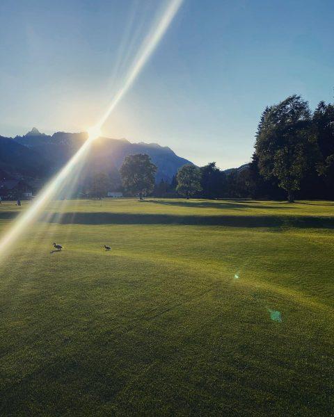 Auch am Abend zeigt sich unser Platz von seiner schönsten Seite! 🌄 #golfclubmontafon ...