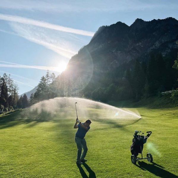 Hausherr Elmar beim morgendlichen Golfspiel! Danke @brandnerhof für diese wundervolle Aufnahme! Reposted from ...
