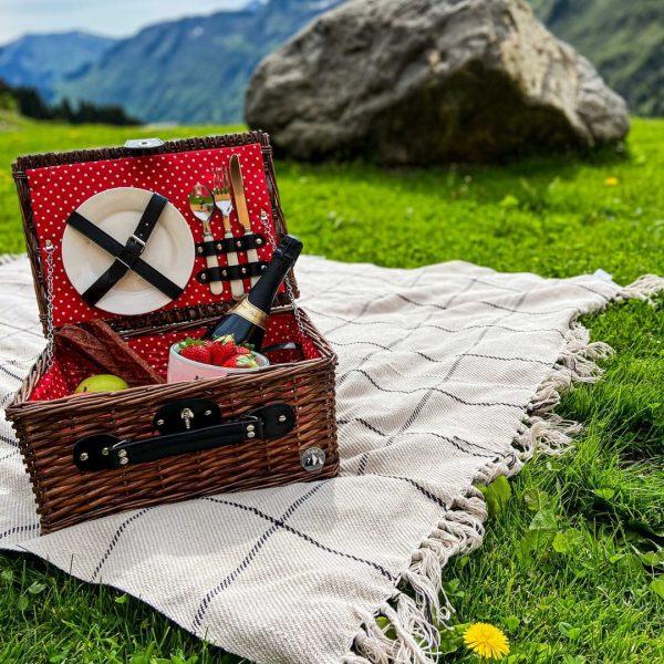Mit dem Damülser-Hof Picknickkorb wird jeder Ausflug in die Natur noch ein bisschen ...