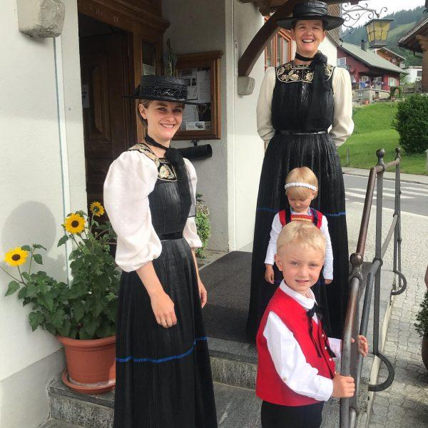 An hohen Festtagen tragen die Bregenzerwälderinnen ihre schönen Trachten. Heute an der Erstkommunion ...