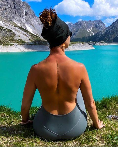 Everything worthwhile is uphill. EVERYTHING! ••• #viewpoints #wandelenindenatuur #hikingwithdogs #outdoorgirl #homeiswhereyouparkit #vanlifeeurope #momentslikethis ...
