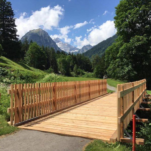 Die neue Brücke am Loch 4 strahlt in der Sonne. Perfekte Bedingungen für ...