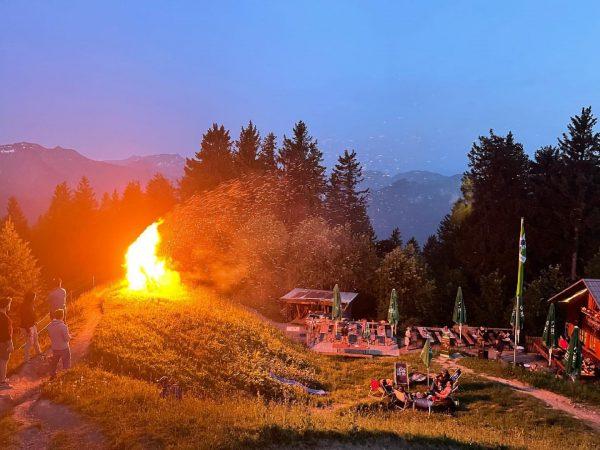 Sonnwendfeuer auf der Hochälpelehütte #hochälpelehütte #sonnwendfeuer #bregenzerwald #vorarlberg #lauersommerabend #sommernacht #visitvorarlberg #berge #summertime ...