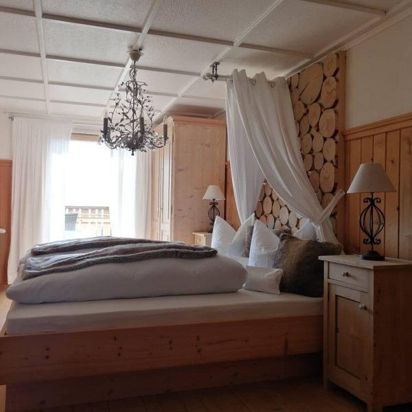 Schlicht und einfach schön. Unsere Zimmer sind individuell eingerichtet mit Naturholz, edlem Loden ...