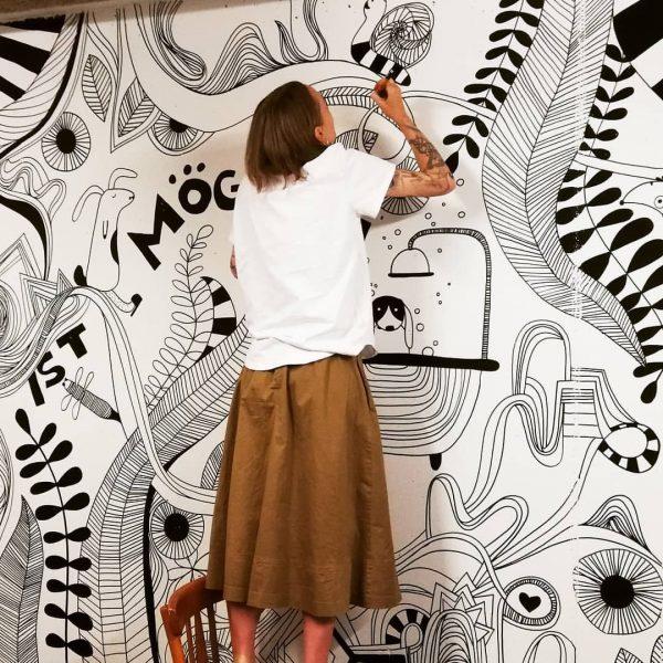 Die Künstlerin bei der Arbeit! #kronehittisau #gschtrub #kunstwerk #kunst #gesamtkunstwerk #grafikdesign #schwarzweiss #kunstinderkrone ...