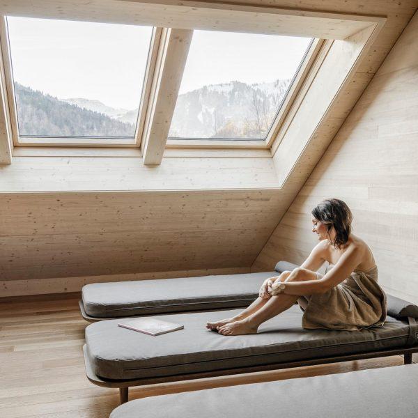Entspannen im holzverkleideten Ruheraum mit Blick auf die Bregenzerwälder Bergwelt. #tempel74 #wohnkulturvomfeinsten #bregenzerwald ...
