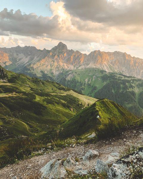 hiking up in that magical light. ✨ #bergemitwow Mit wem würdest Du gerne ...