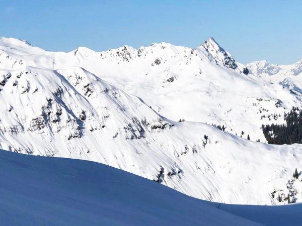 Das herrliche Bergpanorama lockt schon morgens – und Skifahrer, Tourengeher, Freerider und Snowboarder ...