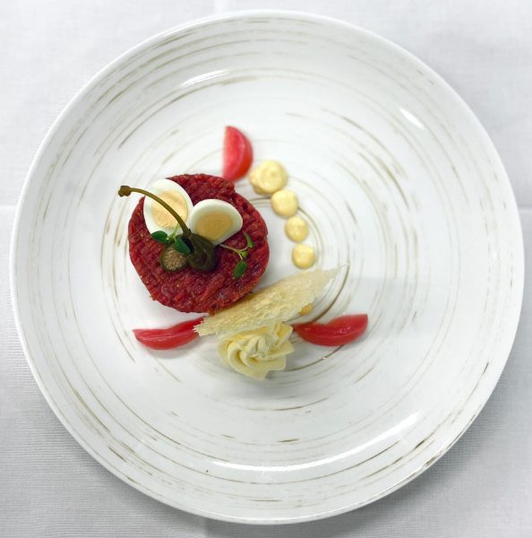 Klassisches Beef Tatar, Wachtelei, Salzbutter, hausgemachte Mayonnaise #genussmoment #soulfood #bludenz Schlosshotel Dörflinger