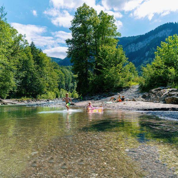 Egal ob Steinmänner bauen, kneippen oder baden👙 - die naturbelassene Bregenzerache mit Gebirgswasser ...