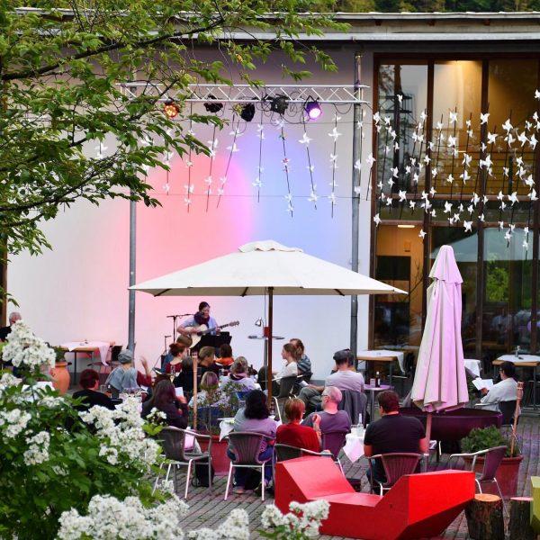 Wo man singt, da lass dich ruhig nieder! Beim sommerlichen Sing-Café werden Lieder ...