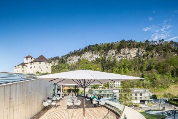 Das Wochenende kann kommen mit coolen, neuen Eis -und Dessertvariationen! 🍧 Dachterrassen Ausblick ...