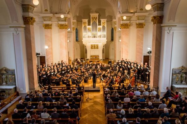 🎶Endlich wieder Singen! ⛪️In der Kapelle des VLKs kommen am Freitag den 2. Juli die KBSinfonietta und...
