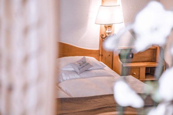 Geborgenheit und eine heimelige Atmosphäre ist allen unseren Zimmern und Suiten gemein 🛌🌺 . . . ....