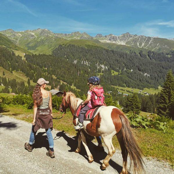 So macht wandern auch den kleinsten Spaß ☀️⛰🐴 #aufdemrückenderponys #wandernmitkindern #ponyreiten #vergalden #gargellen #montafon #meintraumtag