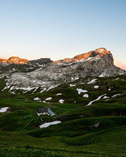 Tilisunahütte mit Weißplatte im Abendlicht. @tilisunahuette - #alpenvereinvorarlberg #discoveraustria #visitaustria #visitvorarlberg #alps #hike ...