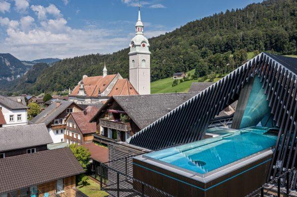 Vorbild für unseren himmlischen Skypool ist die traditionelle Bregenzerwälder Frauentracht, eine Kostbarkeit für ...