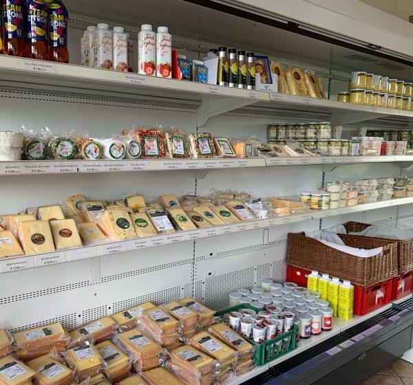 Ein Blick 👀 in unseren Sennereiladen. Hier ein Teil der regionalen Köstlichkeiten, die ...