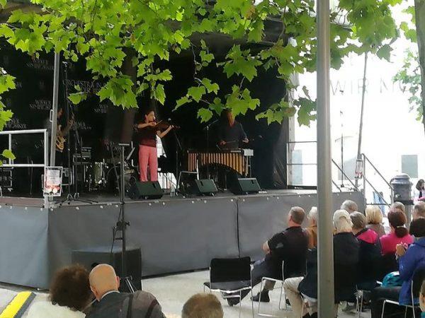 Allegra spielt und singt am Kornmarktplatz auf...