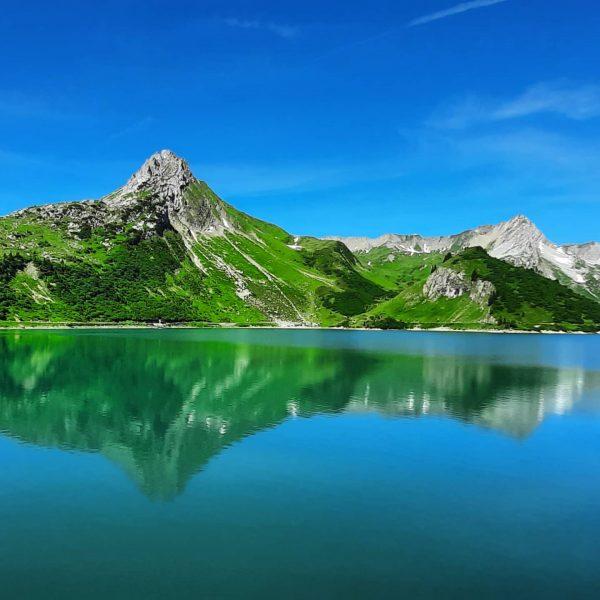 Ein Bergsee an einem sonnigen Tag. Es gibt kaum eine schönere Belohnung nach dem steinigen Weg bergauf...