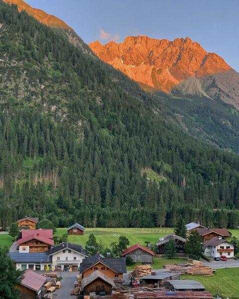 Der Tag verabschiedet sich #mittelberg #alpenglühen #kleinwalsertal Kleinwalsertal Österreich