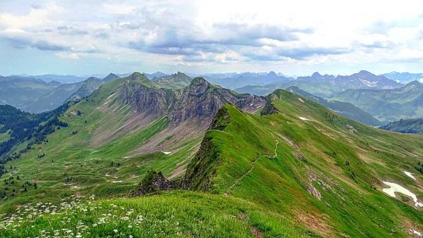 View from the Sünser Spitze⛰ (2061m) over the hiked🥾🎒 Damüls mountain ridge🏞. It is easy to see...